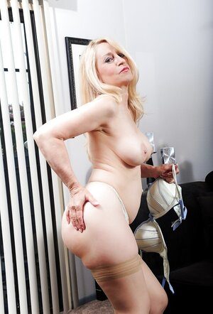 Old blonde Robin Pachino proves she's still in good shape by unclothing at home