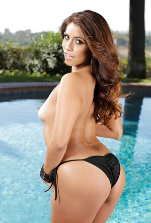 Impeccable oiled up body of Latina porn model nicely glitters during shoot by pool