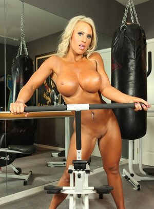 Turned on bodybuilder xxx star works on a specialized machine with toy attached